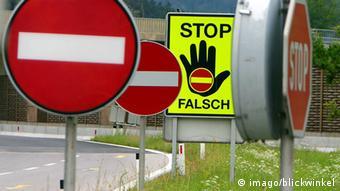 Mehrere Stoppschilder - und ein Geisterfahrerverkehrsschild