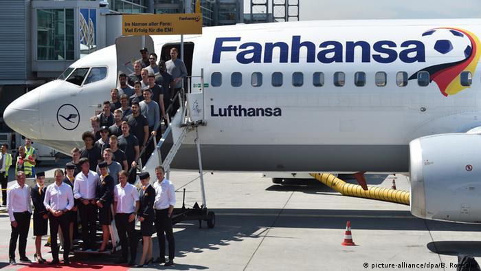 Брендований під футбольні події літак Lufthansa