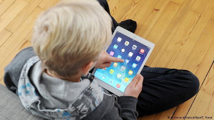 Jugendlicher vor Tablet PC