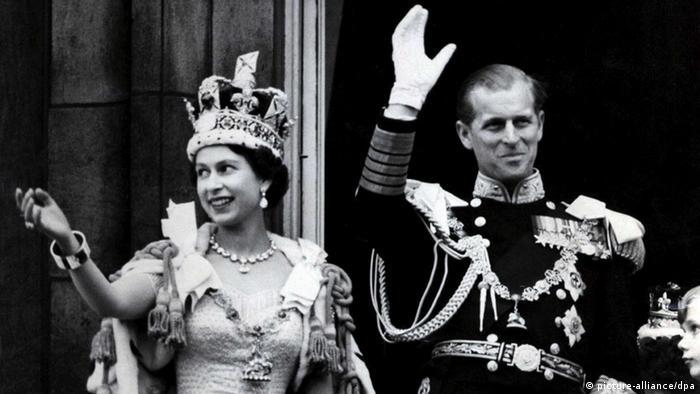 Großbritannien Queen Elizabeth nach der Krönung 1953 (picture-alliance/dpa)