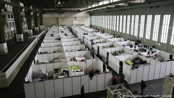 Deutschland, Flüchtlingsunterkunft im Flughafen Tempelhof (picture-alliance/AP Photo/M. Schreiber)