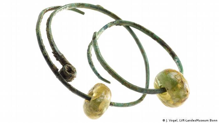 Серьги из бронзы и стекла, 600-475 годы до н.э.