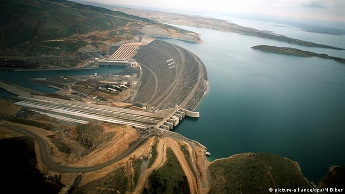 Luftaufnahme des Staudamms am Euphrat in der Provinz Sanliurfa Atatürk Staudamm