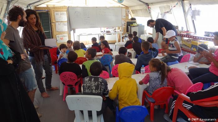 Schulunterricht von Flüchtlingskinder auf dem wilden Camp der EKO-Tankstelle Griechenland