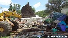 Zerstörung der leeren Zelter der Jesiden durch einen Bagger © DW/P.Kouparanis