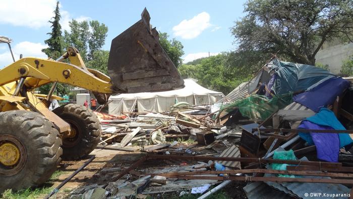 Zerstörung der leeren Zelter der Jesiden durch einen Bagger
