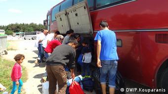 Eine Gruppe von rund 50 syrischen Jesiden steigt in den Bus ein