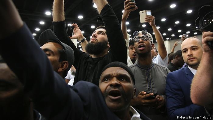 Die Menschen fotografieren den Sarg in der Freedom Hall (Foto: John Moore/Getty Images)