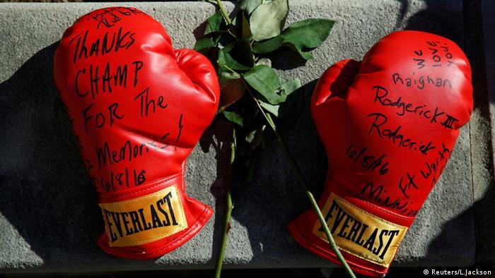 Boxhandschuhe mit Abschiedsgruß eines Fans (Foto: Reuters)