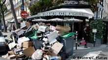Frankreich Streik in Paris Müll vor dem Café de Flore