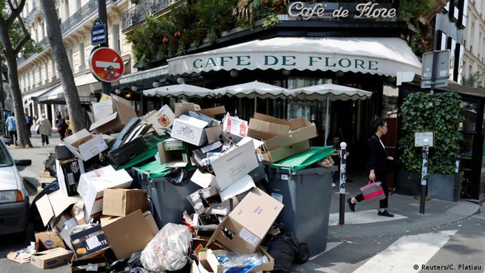 Müllberg vor dem Café de Flore (Foto: Reuters)