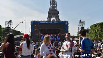 Fanmeile vor dem Eiffelturm (Foto: ALAIN JOCARD/AFP/Getty Images)