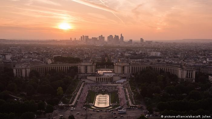 Frankreich Paris Blick vom Eiffelturm bei Sonnenuntergang (picture-alliance/abaca/R. Julien)