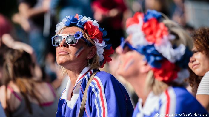 Frankreich Paris Fans in Tricolore Farben gekleidet