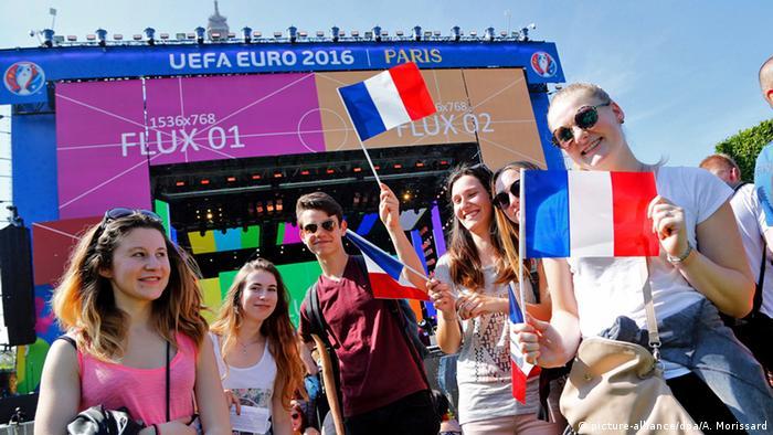 Frankreich Paris Fans mit Fähnchen