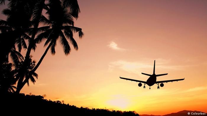 Flugzeug Palmen Sonnenuntergang (Colourbox)