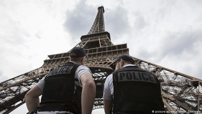 Policiais diante da Torre Eiffel, em APris