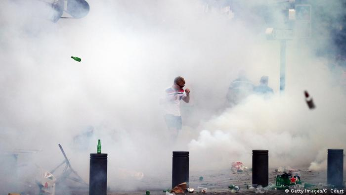 Frankreich Marseille Fans werfen Bierflaschen