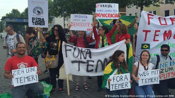 Em Colônia, manifestantes brasileiros levaram cartazes em alemão e português