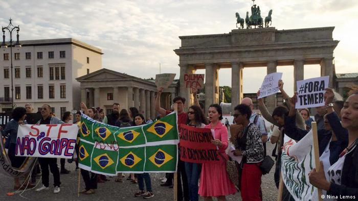 Ato em Berlim reuniu manifestantes em frente ao Portão de Brandemburgo, embalados ao som de música brasileira