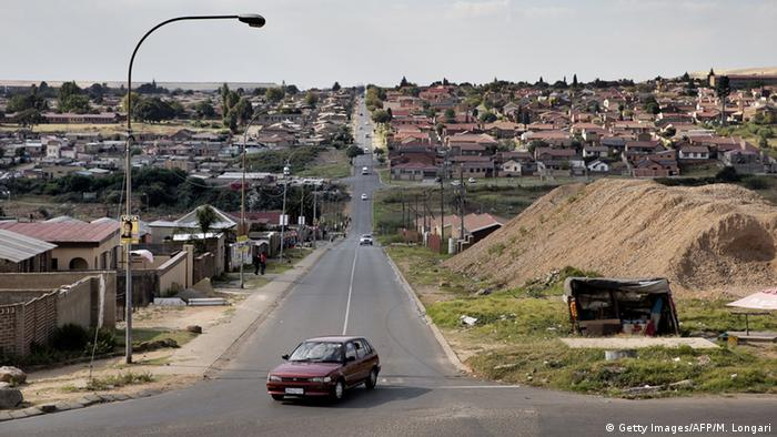 Старая машина на улице в южноафриканском городе Соуэто