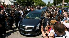 10.06.2016 *** LOUISVILLE, KY - JUNE 10: The motorcade Muhammad Ali drives along in the funeral procession motorcade on Grand Avenue in front of Ali's childhood home in on June 10, 2016 in Louisville, Kentucky. The funeral procession for Ali was traveling over 20 miles on a designated route throughout Louisville on the way to Cave Hill Cemetery. The four-time world heavyweight boxing champion died on June 3 at age 74. (Photo by Ty Wright/Getty Images) © Getty Images/T. Wright