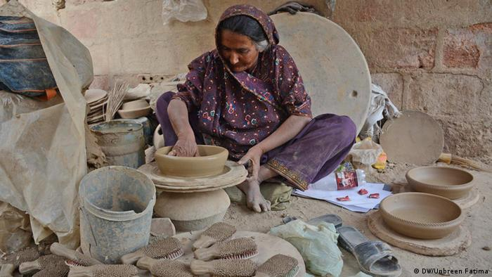 Pakistan Karatschi a woman creating pottery