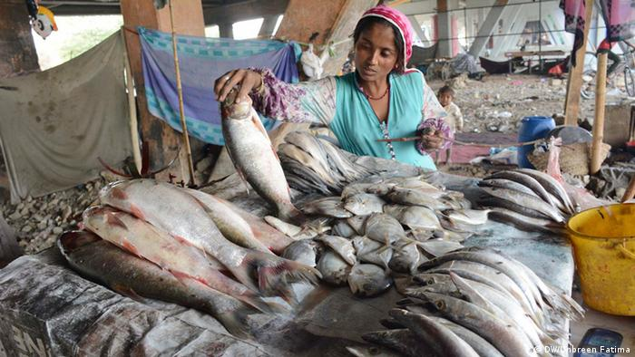 Pakistan Karatschi A women of a nomad tribe selling fish in Karachi