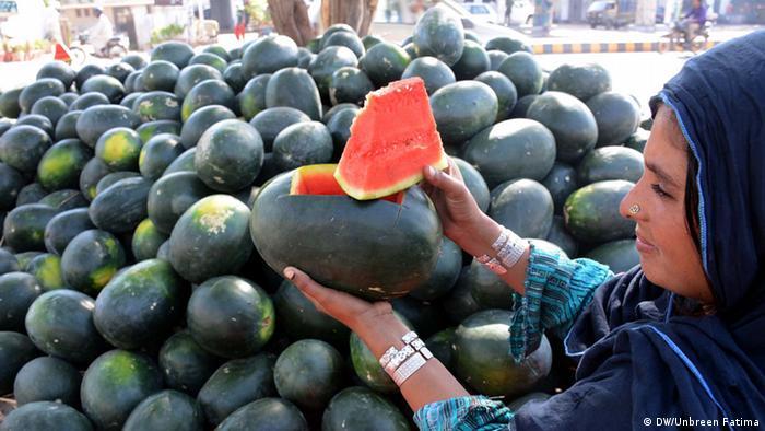 Pakistan Karatschi Woman selling watermelon