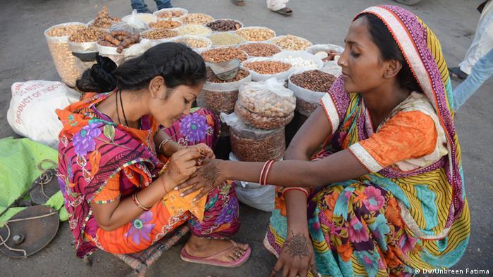 Pakistan Karatschi women decorating their hands with Hina