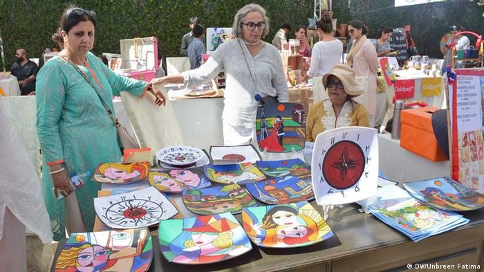 Pakistan Karatschi women selling handicrafts