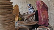 Pakistan Karatschi Women busy in making hand pottery