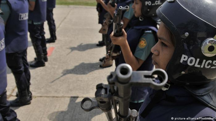 Pakistan Polizistinnen bewaffnet