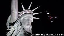 USA New York Solar Impulse 2 fliegt über Freiheitsstatue