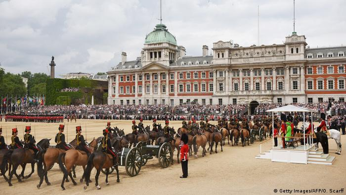 Soldaten zu Pferde vor dem Buckingham Palace beim Trooping the Colour (Foto: Getty Images/AFP/O. Scarff)