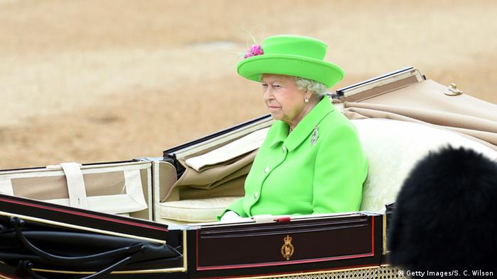 Queen Elizabeth in der Kutsche (Foto: Getty Images/S. C. Wilson)