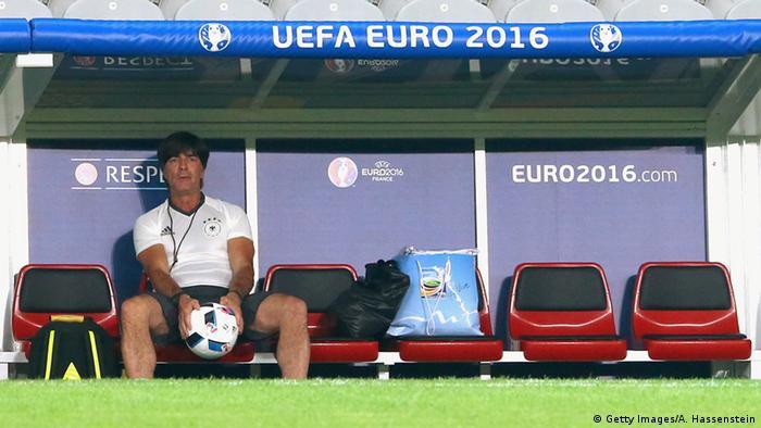 Тренер бундестіму Йоахім Лев спостерігає за тренуванням своєї команди у Ліллі