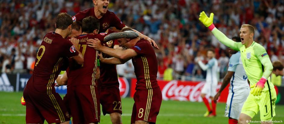 Vasili Berezutski, aos 47 do segundo tempo, comemora com o time o gol que deu empate aos russos