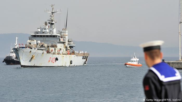 Italienisches Marine-Schiff mit Flüchtlingen an Bord (Foto: Getty Images/AFP)