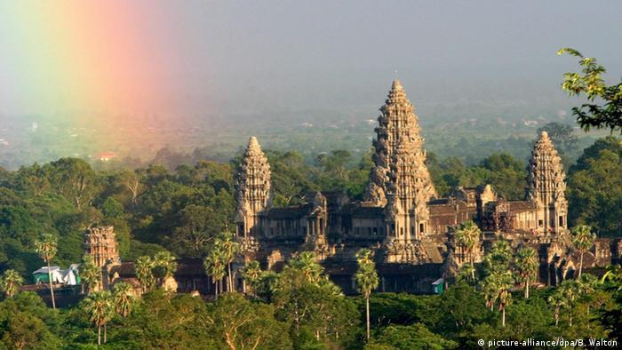 Regenbogen über der Tempelanlagen bei Angkor Wat (Foto: picture-alliance/dpa/B. Walton)