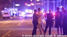 12.06.2016 Orlando Police officers direct family members away from a fatal shooting at Pulse Orlando nightclub in Orlando, Fla., Sunday, June 12, 2016. (AP Photo/Phelan M. Ebenhack) | (c) picture-alliance/AP Photo/P. M. Ebenhack
