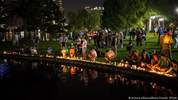 Люди сумують за жертвами стрілянини в Орландо