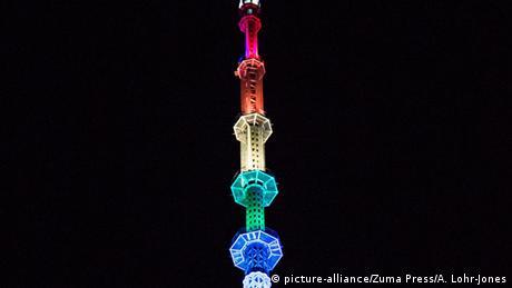 USA One World Trade Center Spitze in Regenbogenfarben