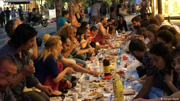 Türkei Istanbul Ramadan Jugendliche beim Fastenbrechen
