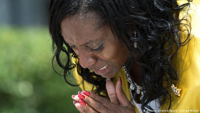 A woman praying in Orlando (picture-alliance/dpa/G. George Wilson)
