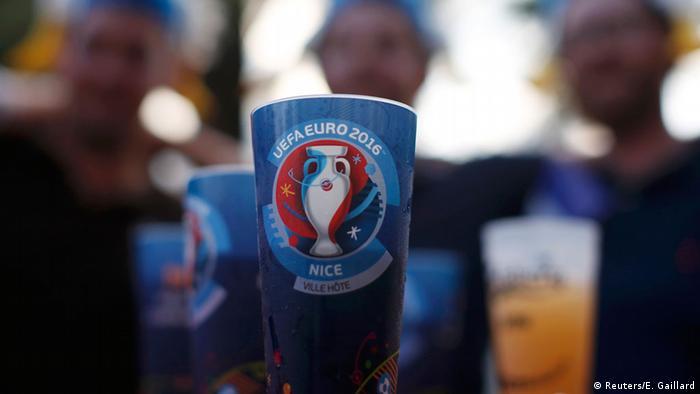 Frankreich UEFA EURO 2016 Fußball EM Fans mit Plasikbierbecher
