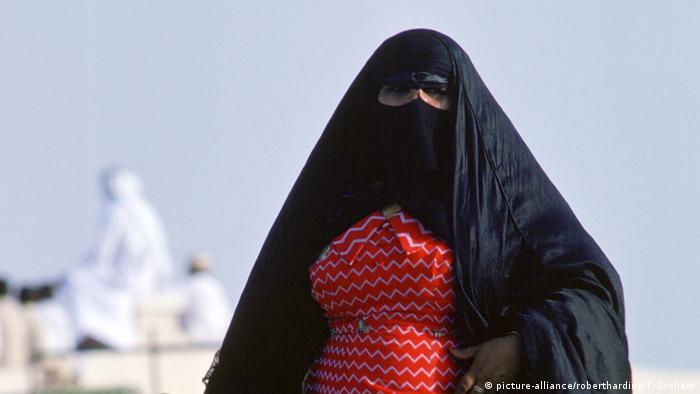 Katar Doha Frau verschleiert Symbolbild Frauenrechte