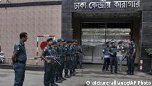 Bangladesch Dhaka Polizisten vor Zentral-Gefängnis