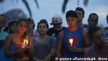 12.06.2016+++epaselect epa05360739 Community members gather for a vigil to honor the victims of a mass shooting at a nightclub, at Eola Lake Park in Orlando, Florida, USA, 12 June 2016. At least 50 people were killed and 53 were injured in a shooting attack at an LGBT club in Orlando, Florida, in the early hours of 12 June. The shooter, Omar Mateen, 29, a US citizen of Afghan descent, was killed in an exchange of fire with the police after taking hostages at the club. +++ (c) picture-alliance/dpa/R. Stone