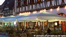 Zu Bildergalerie Frankreich mon amour: Restaurant La Halle aux Bles at night, Obernai, Alsace, France / Restaurant La Halle aux Bles bei Nacht, Obernai, Elsass, Frankreich / Europa, europe, Querformat, horizontal Copyright: picture alliance/Arco Images